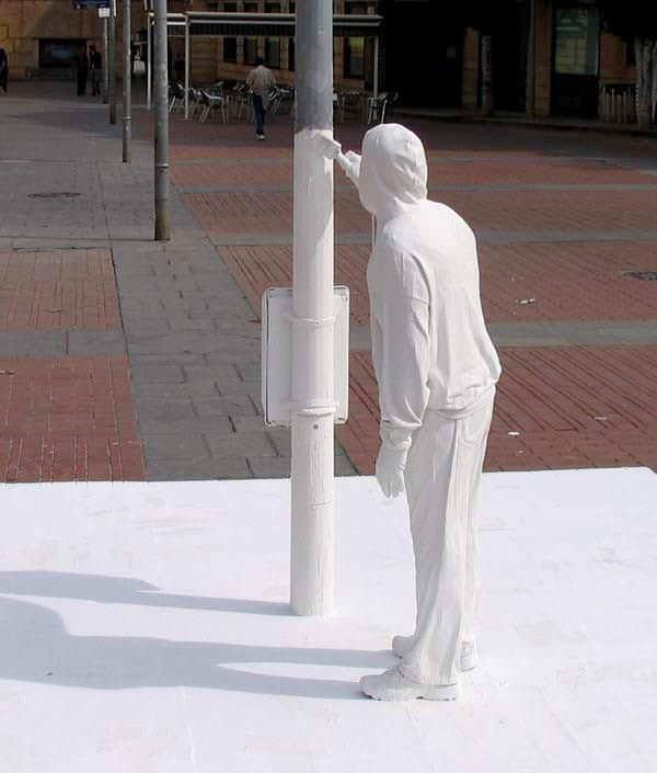 mark-jenkins-surreal-intervencoes-urbanas-street-instalations-desafio-criativo-arte-urbana (1)