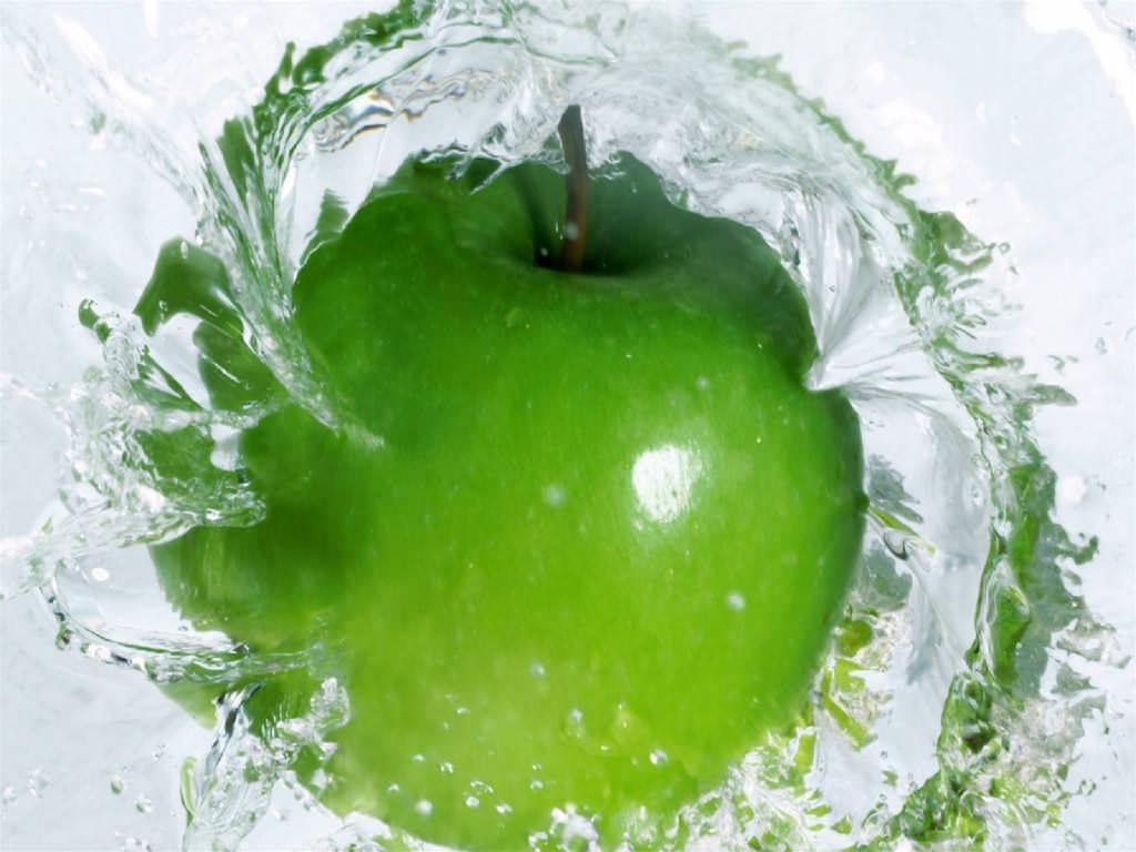 maca-verde-caindo-na-agua-ffd4b