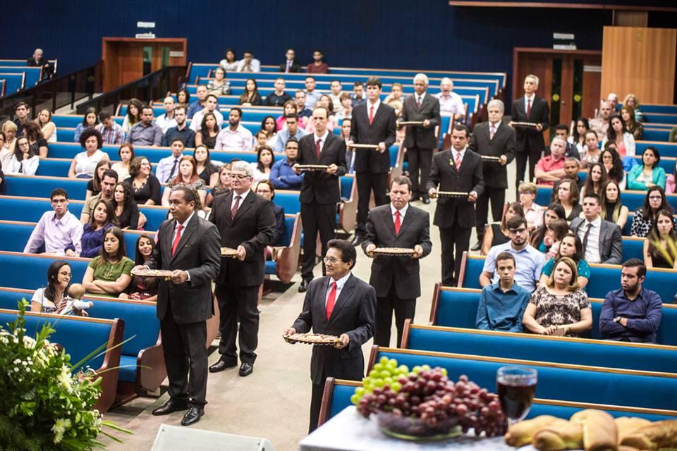 Professores e funcionários participam de cerimônia de Santa Ceia, promovida pelo campus.