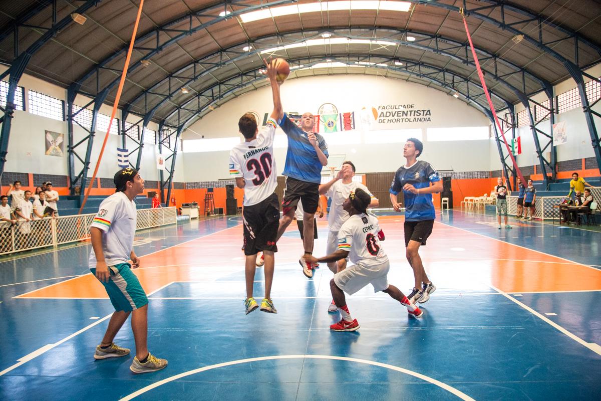 Na Escola de Esportes você pode escolher praticar esportes coletivos e individuais.