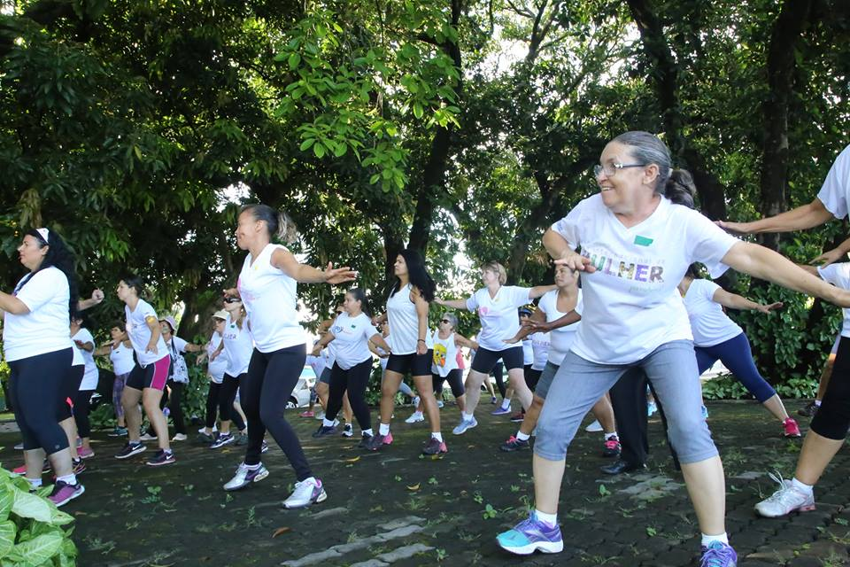 Mulheres comemoram seu dia fazendo exercícios em meio a natureza.