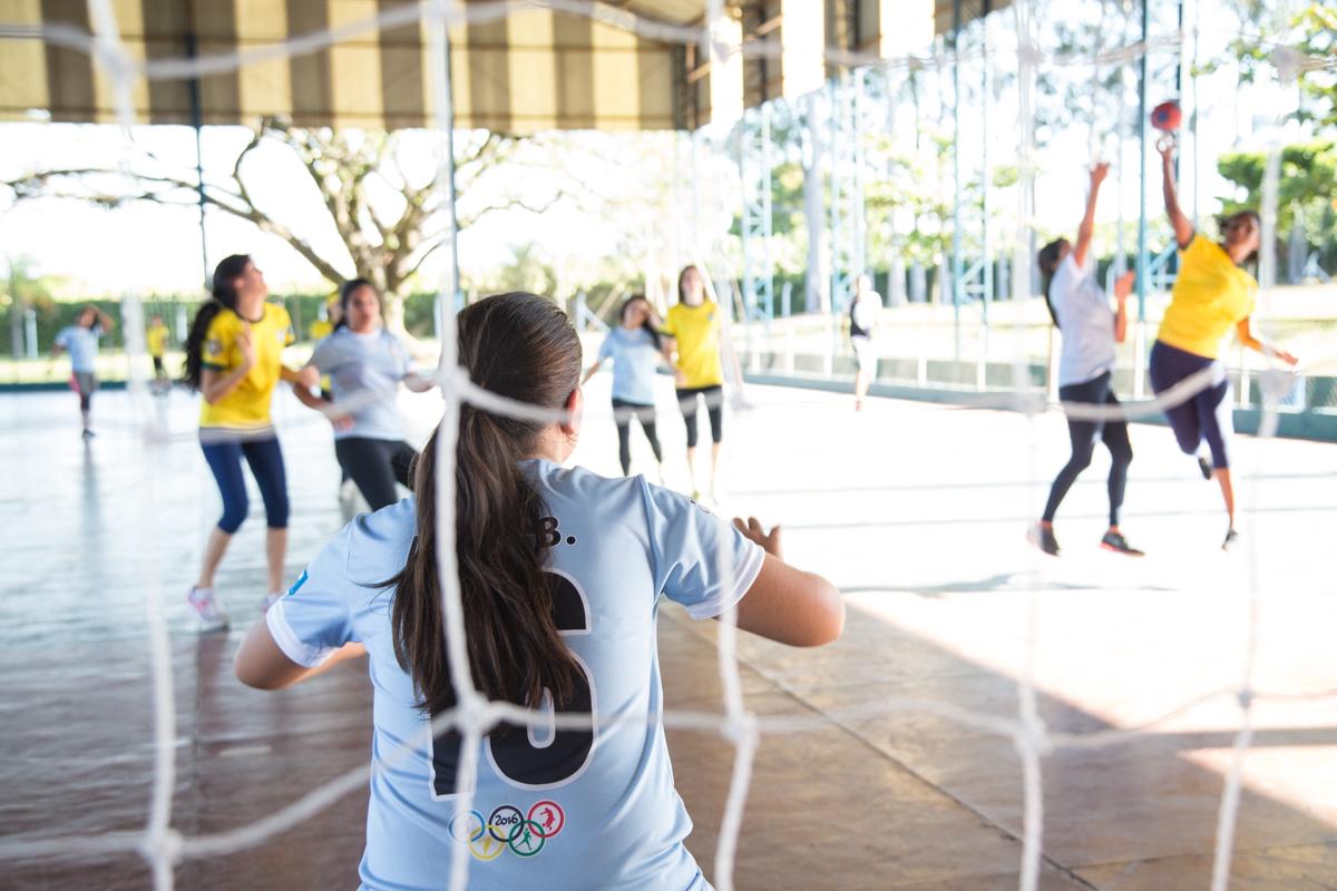 A educação física traz diversos benefícios para os envolvidos como o bom funcionamento do corpo, diminui a ansiedade, o estresse e a depressão além de melhorar o humor e a autoestima.