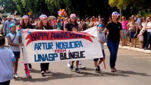 Alunos do Colégio Unasp, unidade de Artur Nogueira, participaram do Desfile Cívico da cidade, mostrando a interação multicultural ensinada na escola.