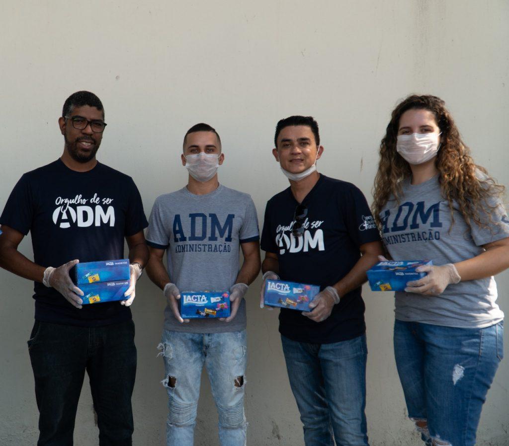 Páscoa solidária: equipe de alunos e professores saindo para distribuir bombons para idosos de quarentena.