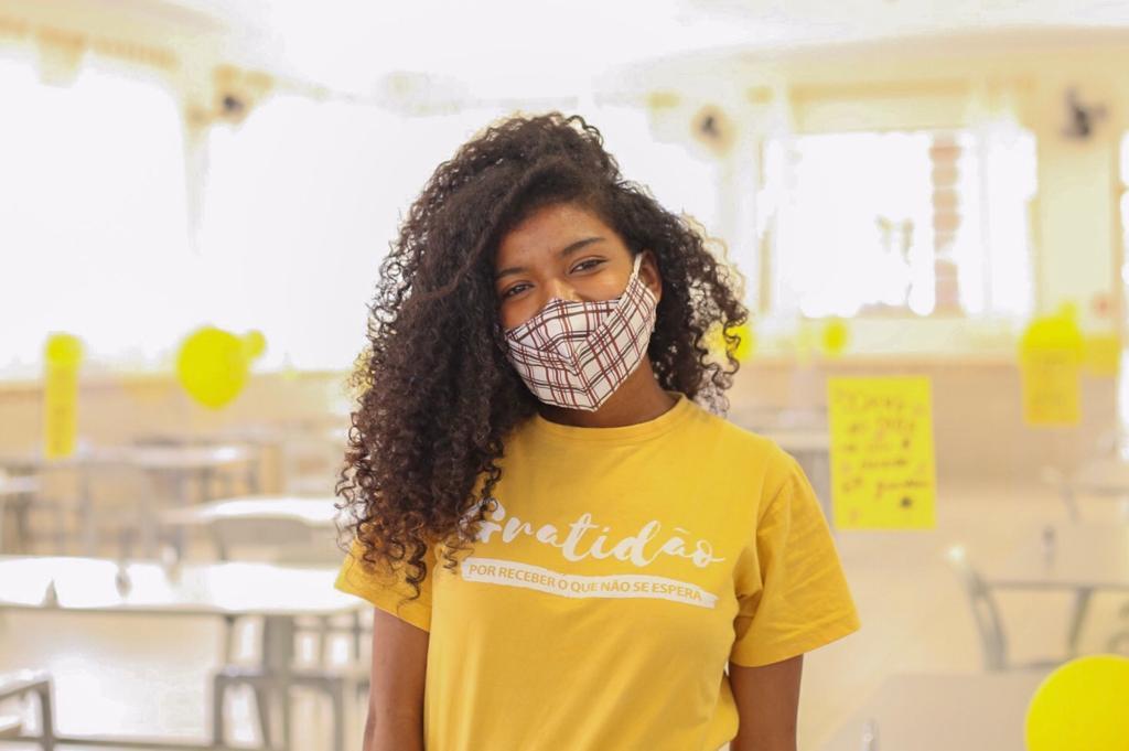 Setembro amarelo - Garota jovem de camiseta amarela