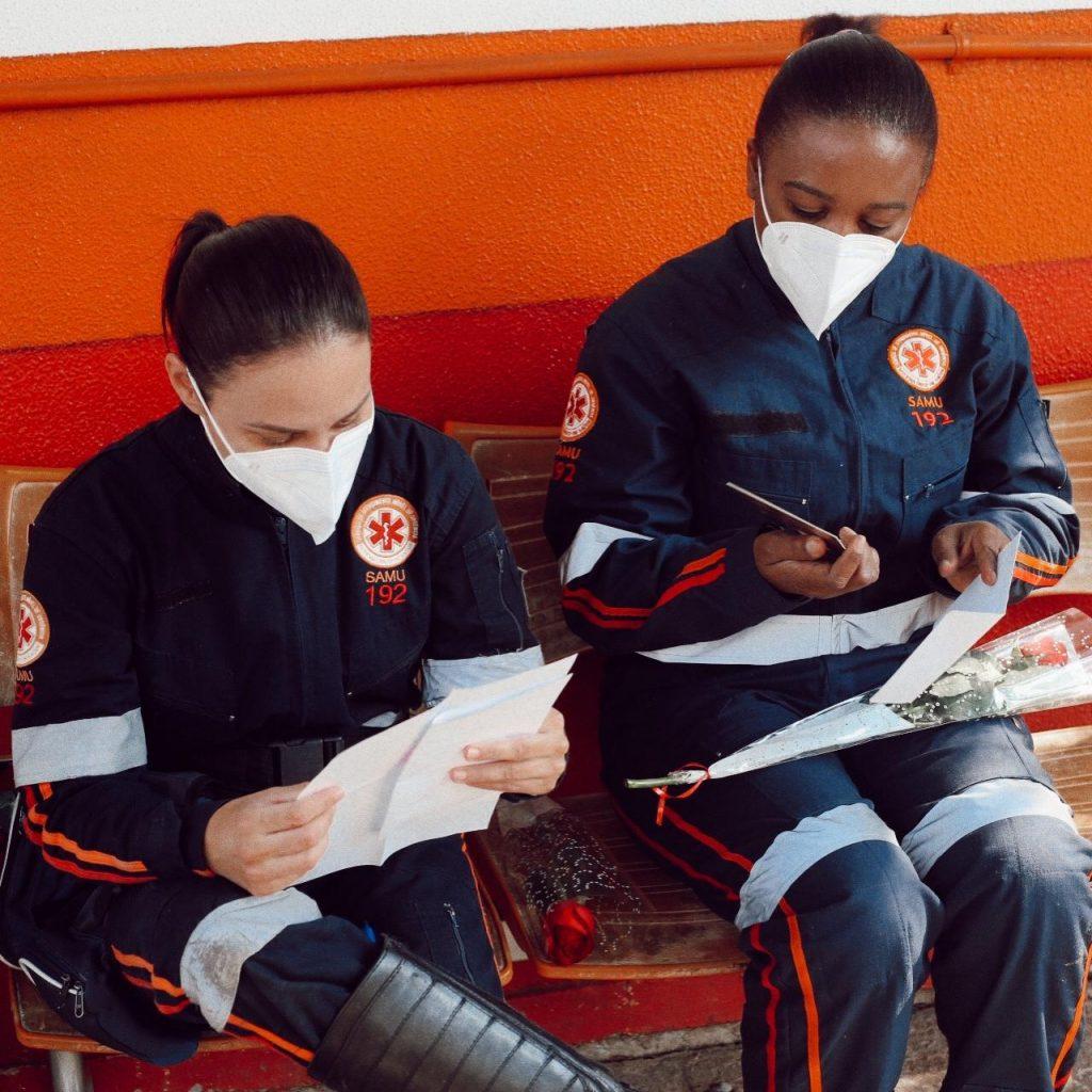 Mulheres do SAMU lendo as cartas