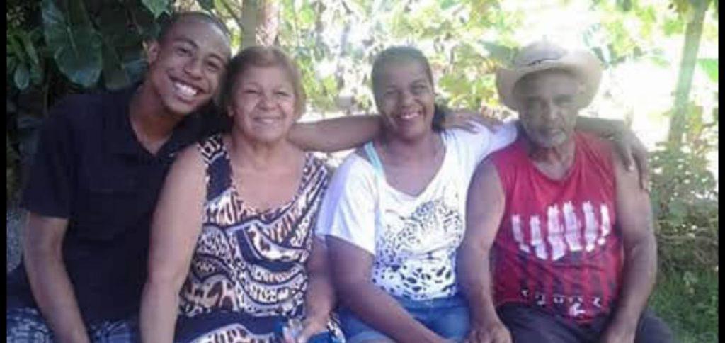 Miguel juntamente com seus avós e mãe.