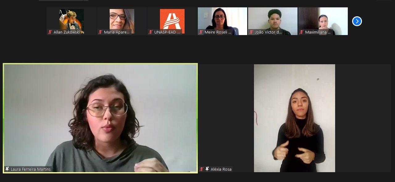 Participantes do seminário PIBID palestram com tradução simultânea em Libras.