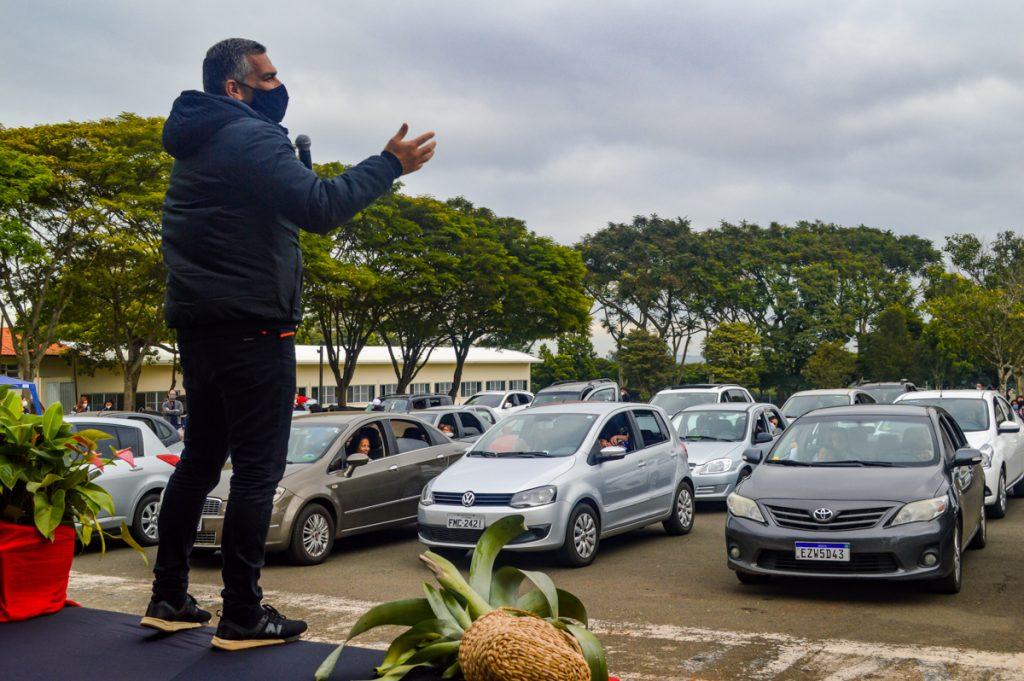 Drive-in reuniu diversas mães e estudantes em seus carros.