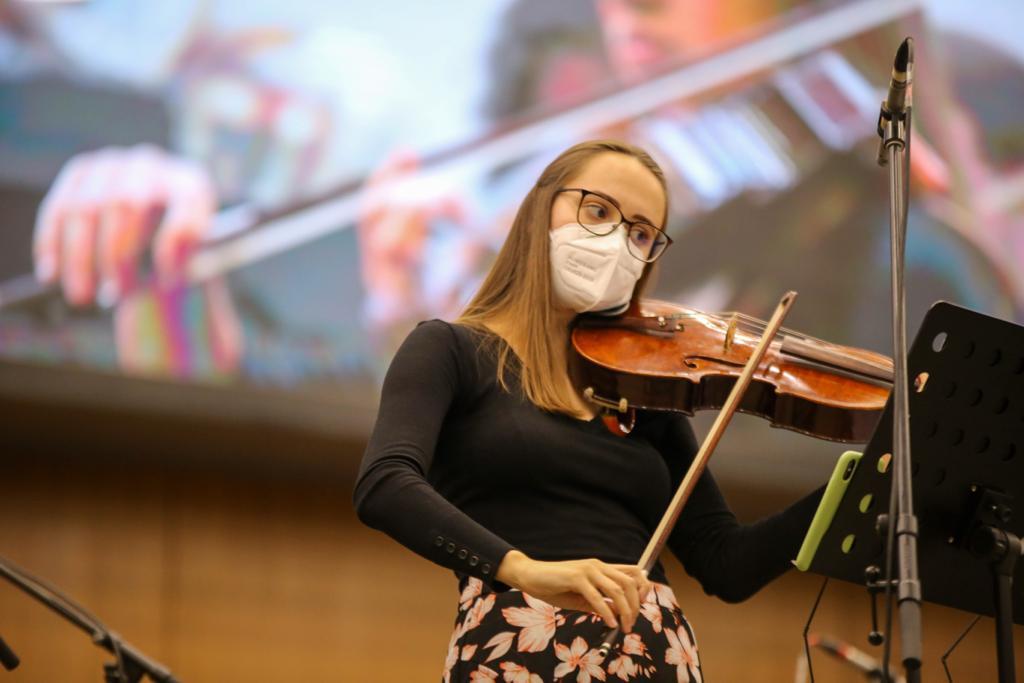 Jovem moça tocando viola